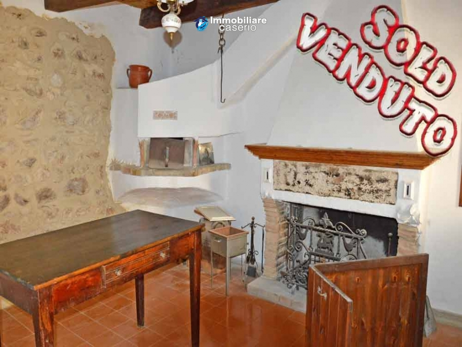Ancient  stone house with wooden ceilings for sale in Carunchio, Abruzzo