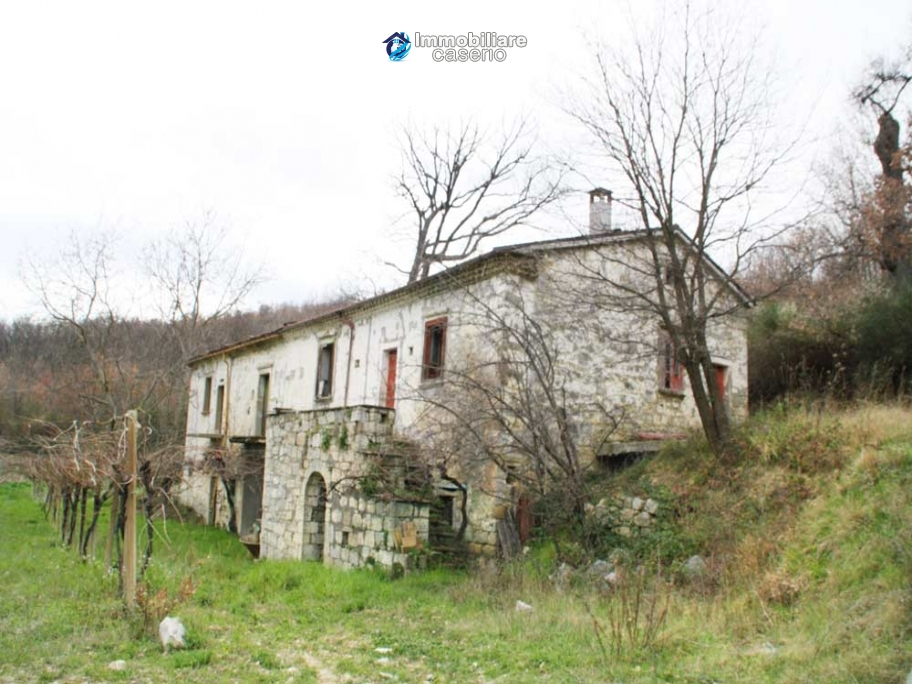 Stone country house with land for sale in Schiavi di Abruzzo, Italy