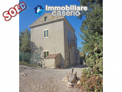 Country house for sale with land surrounded by Abruzzo's hills 1