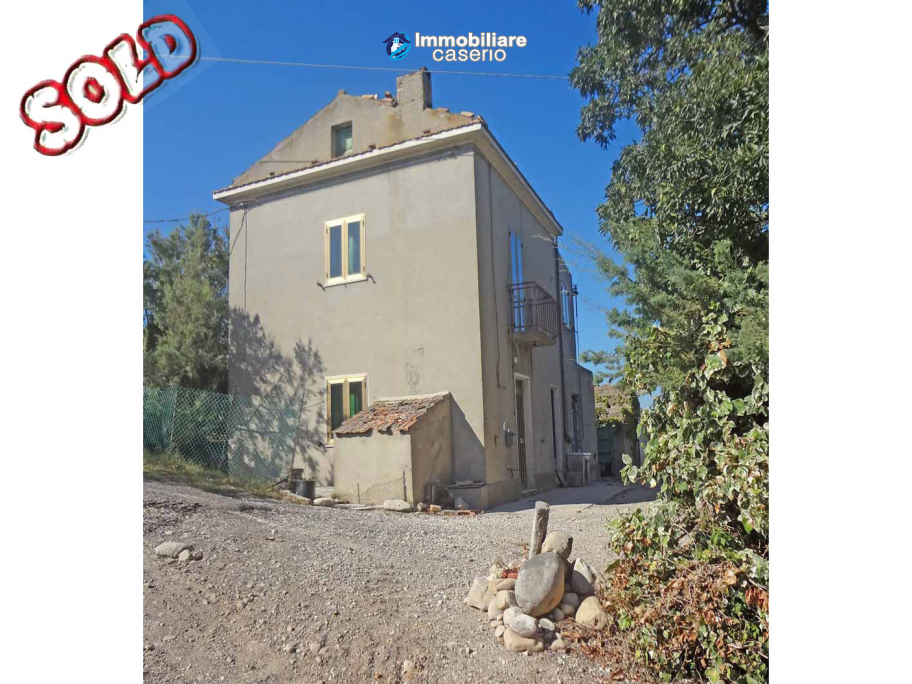 Country house for sale with land surrounded by Abruzzo's hills