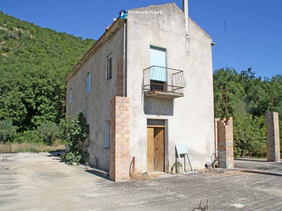 Two buildings with 20 hectares for sale in Gissi, Abruzzo