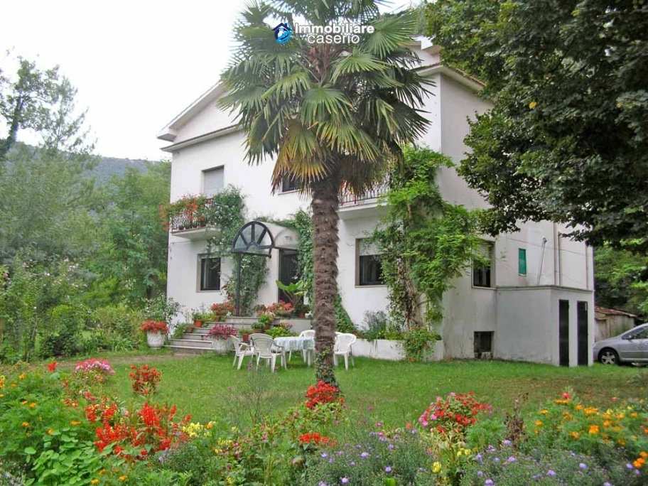 Farmhouse with land and lake for sale in Casoli, Chieti, Abruzzo