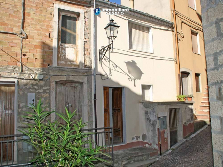 Habitable town house with garden for sale in Castelbottaccio, Molise
