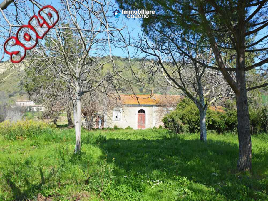 Colonial farmhouse with two hectares of land for sale in Pollutri, Abruzzo, Italy