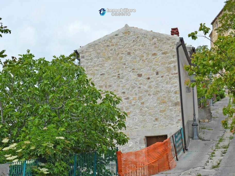 Big stone house for sale with garden in furci abruzzo for Big garden rocks for sale