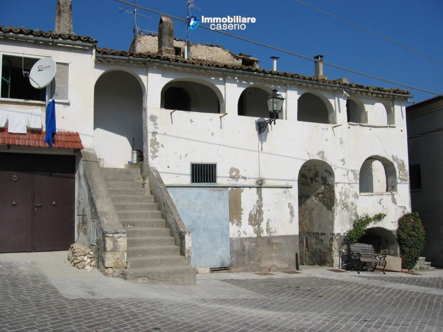Historic buidling very huge and with character for sale in Pretoro, Abruzzo