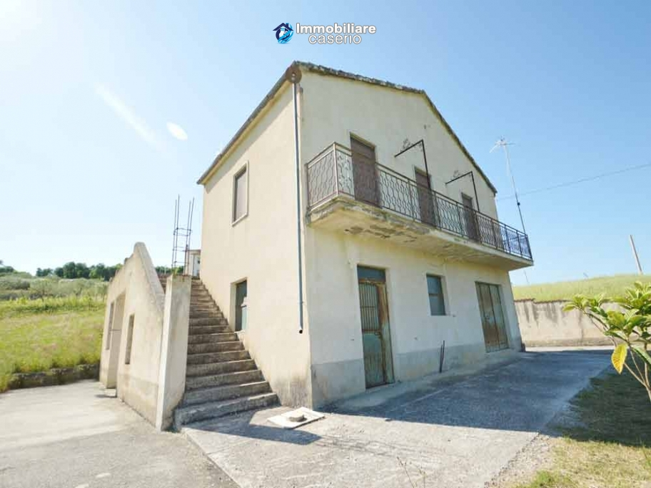 Country house with land, garage and terrace for sale in Molise