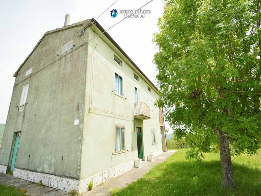 Detached country house with land for sale in Roccaspinalveti