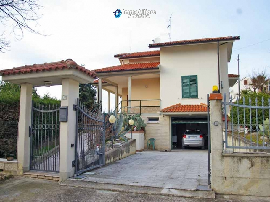 Villa with garden, panoramic view and excellent conditions for sale in Atri, Abruzzo