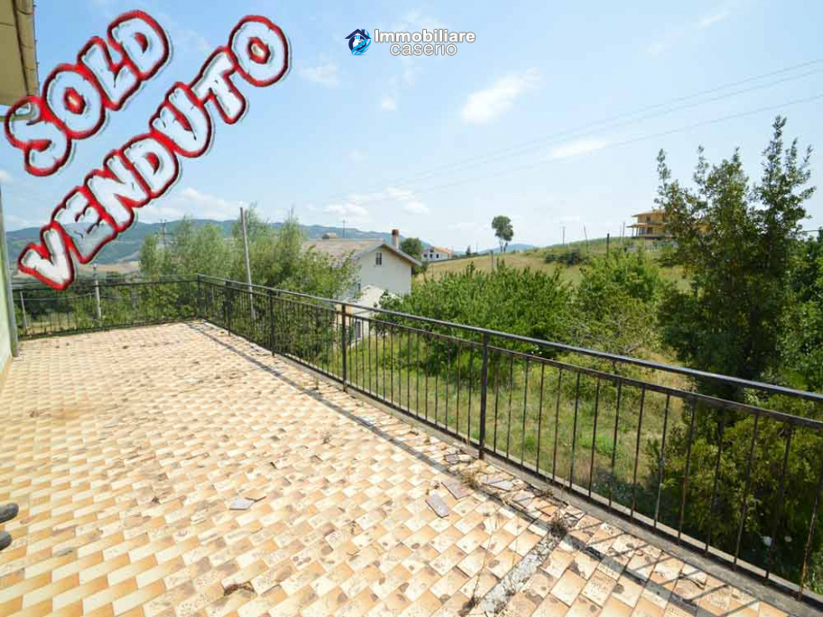 Italian property with a garden and terrace for sale in Roccaspinalveti