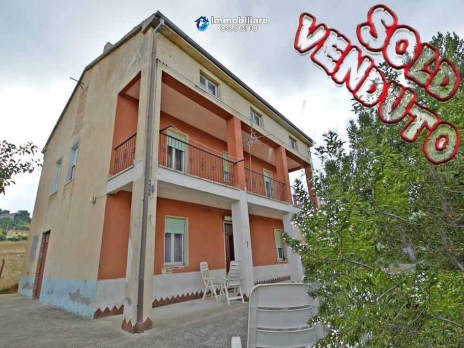 Detached house with garden and barn for sale in Roccaspinalveti, Abruzzo