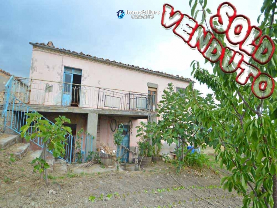 Cottage with garden low-cost sales in Abruzzo, Roccaspinalveti