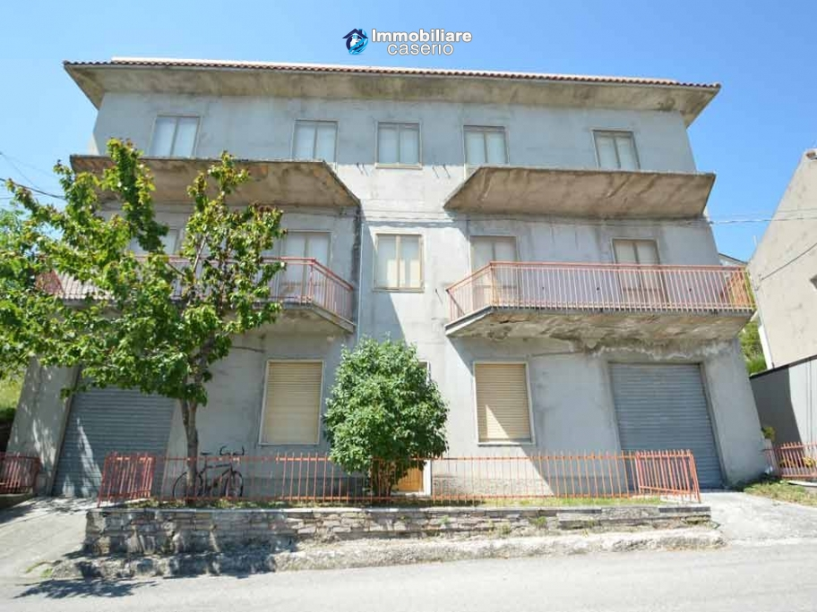 Selling house in Italy with terrace in Aruzzo, Roccaspinalveti