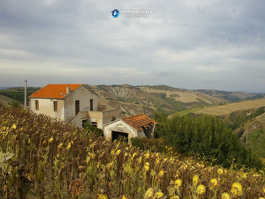 Rural house to renovate with 14.5 hectares for sale in Atri, Teramo