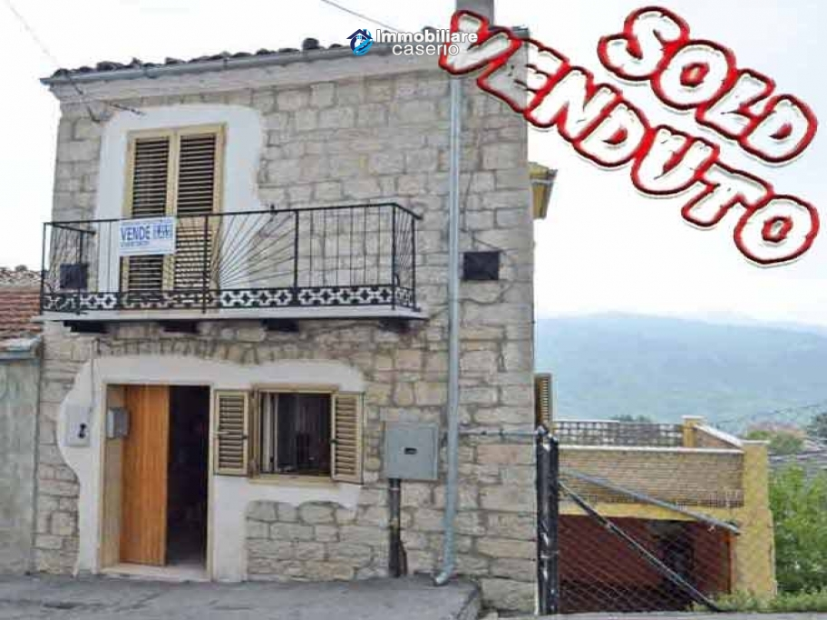 Spacious town house with garden, terrace and veranda for sale in Fraine, Abruzzo