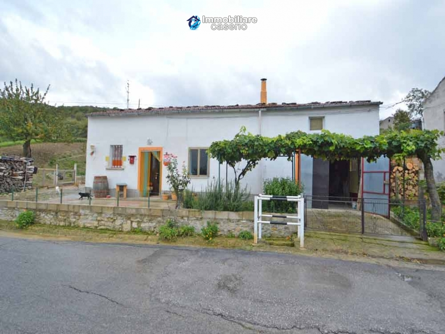 Habitable detatched country house for sale with land in Abruzzo