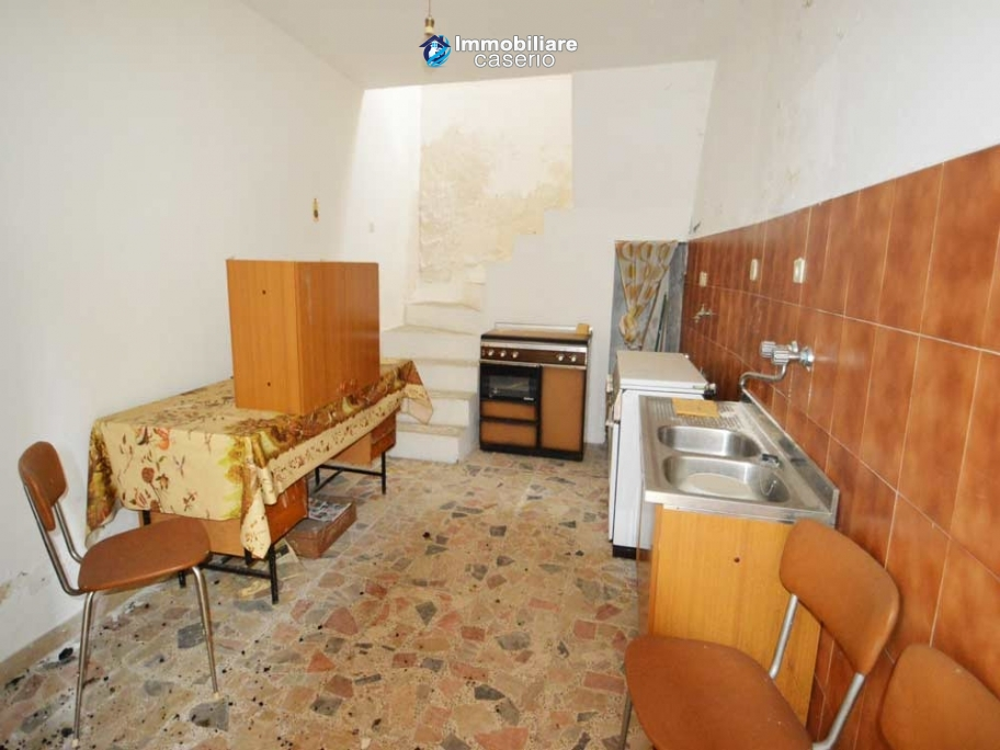 House with ancient stone floors for sale in Abruzzo, village Furci - near the marina