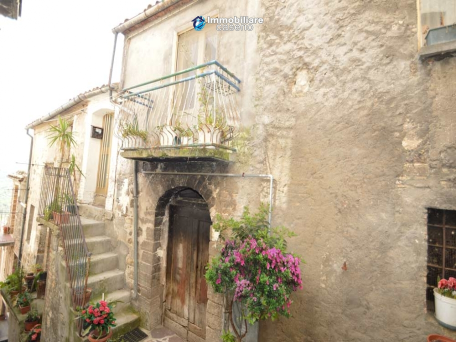 Ancient house of stone and bricks for sale in the heart of San Buono, Abruzzo