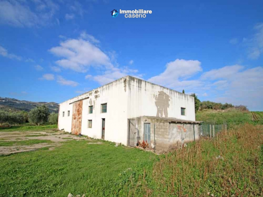 Building for sale with hectares of arable land and planted with olive trees, Italy