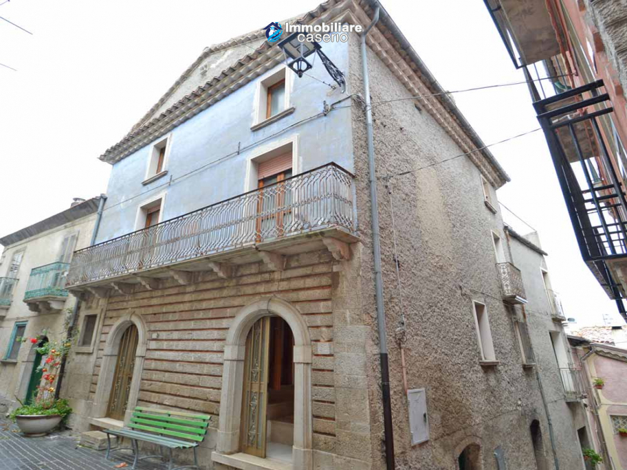 Ancient palace with terrace for sale in Italy, Region Molise, village Roccavivara