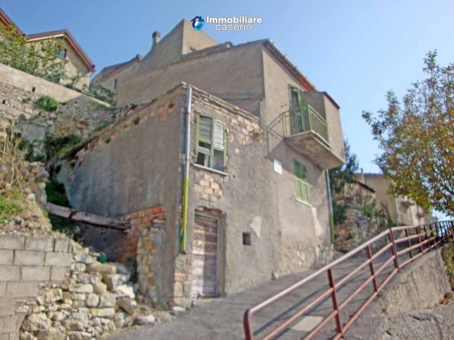 Detached house with garden and terrace for sale in Abruzzo, Italy - Carunchio