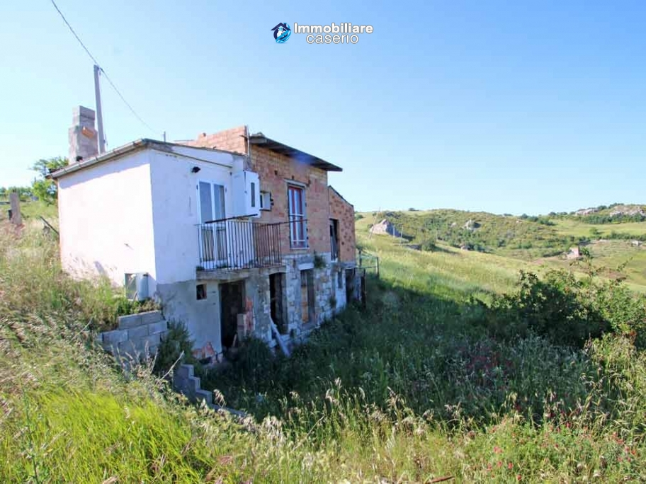 Country house with view of the Molise valley for sale in the outskirt of Campobasso