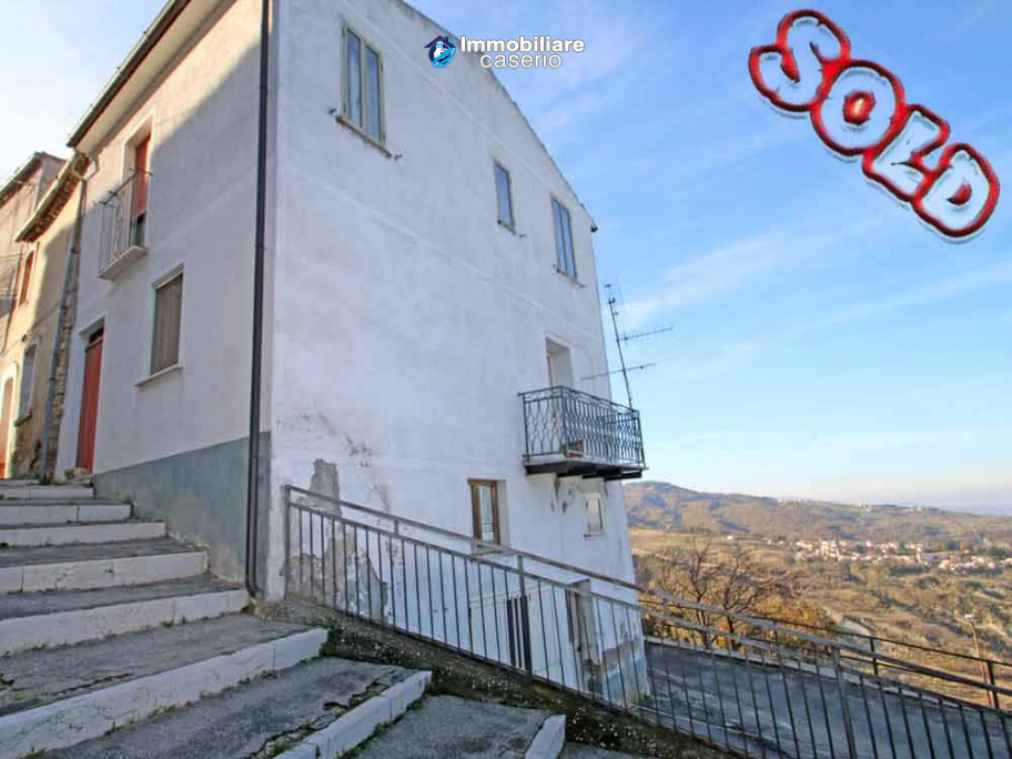 Large house with garden and ruin for sale in Italy, Abruzzo - Village Fraine