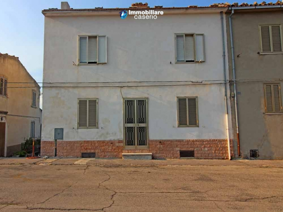 Property in the village habitable with land for sale in Italy, Abruzzo - Village Fraine