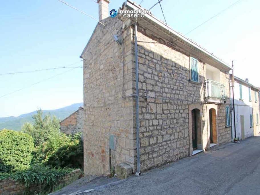 Renovated stone house with garage for sale in Italy, Abruzzo - Village Fraine
