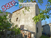 Ancient stone house with garden for sale in Italy, Abruzzo, Roccaspinalveti 1