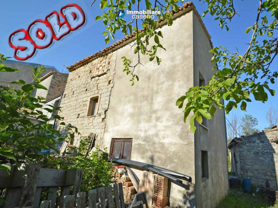 Ancient stone house with garden for sale in Italy, Abruzzo, Roccaspinalveti