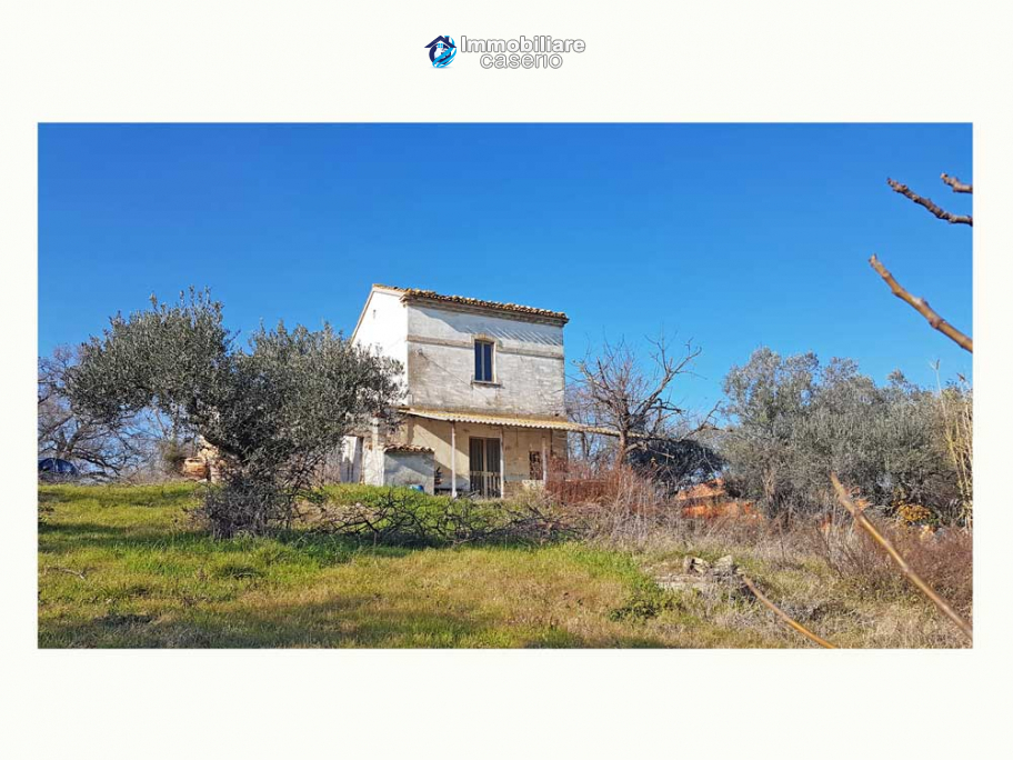 Cottage with sea view and flat land of about 2 hectares for sale in Abruzzo