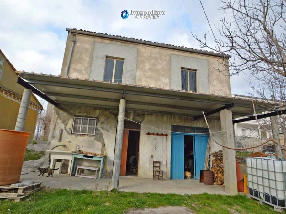 Two buildings with garden and stone henhouse for sale in Italy, Roccaspinalveti