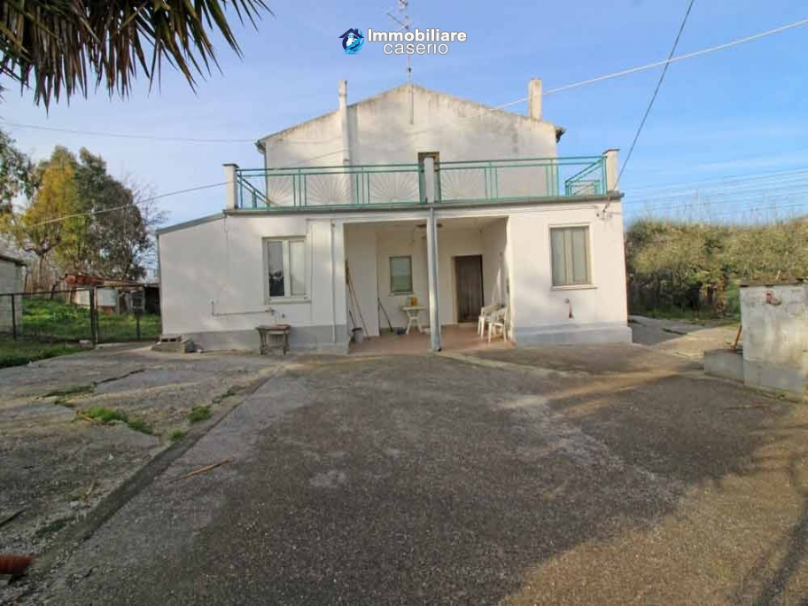 House partly renovated with terrace for sale a few km from the beach Italy