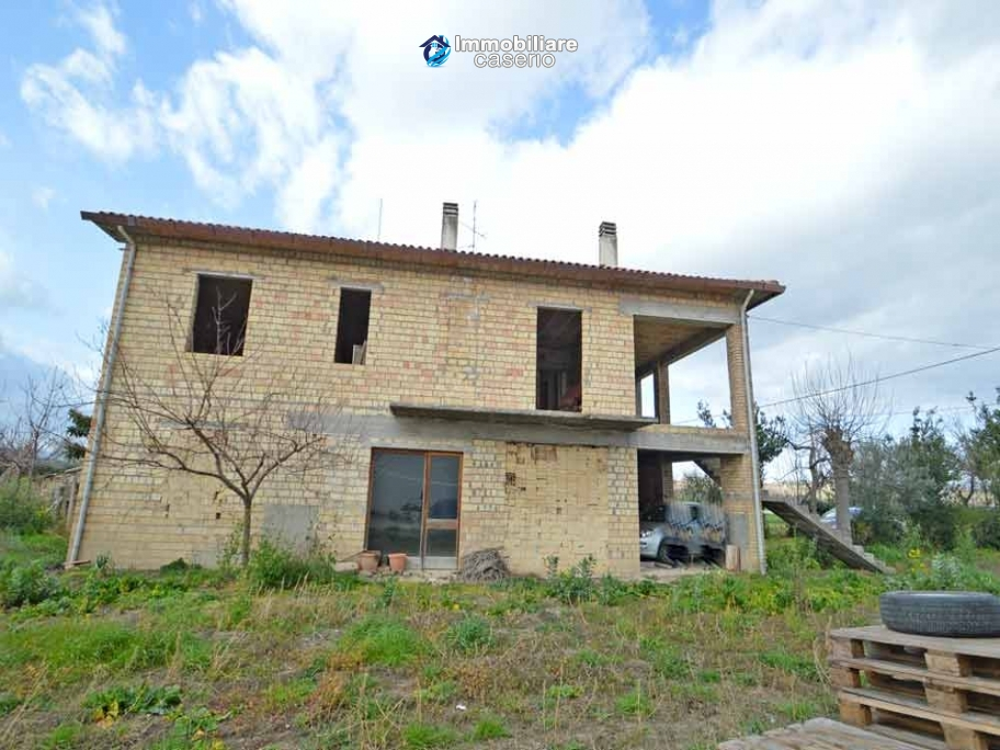 House to complete, with terrace and land for sale a few km from the Adriatic Sea