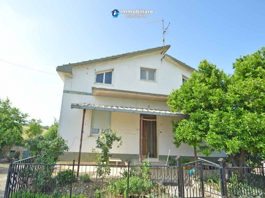 Detached house with land for sale a few km from the Costa dei Trabocchi, Italy