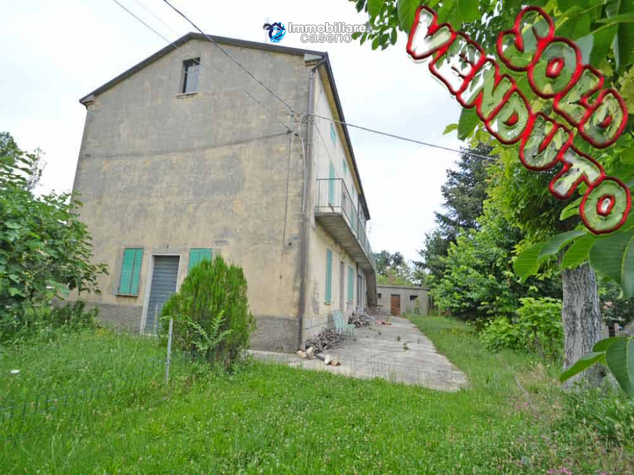 Spacious house with land and garages for sale in the Abruzzo region, Italy