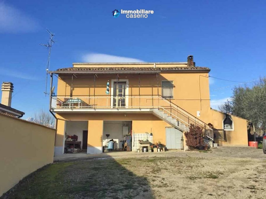 Independent house with land and olive trees for sale in the Province of Teramo