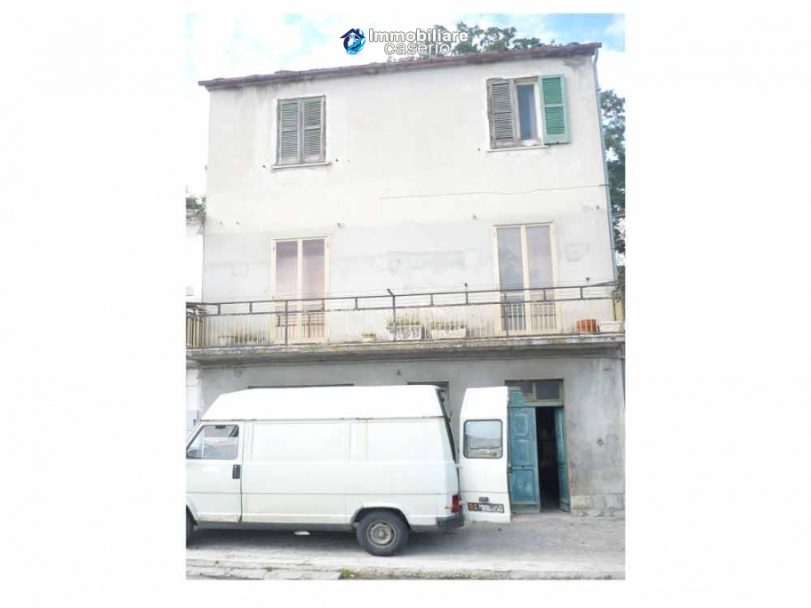 Large village house with garage for sale in the Province of Chieti