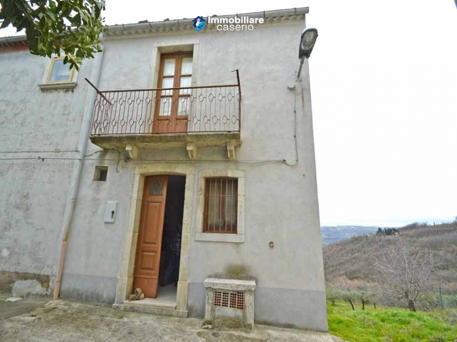 Habitable house with garden for sale in the medieval village Castelbottaccio, Molise