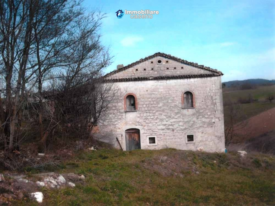 Ancient and spacious stone farmhouse located in a very scenic area for sale Molise