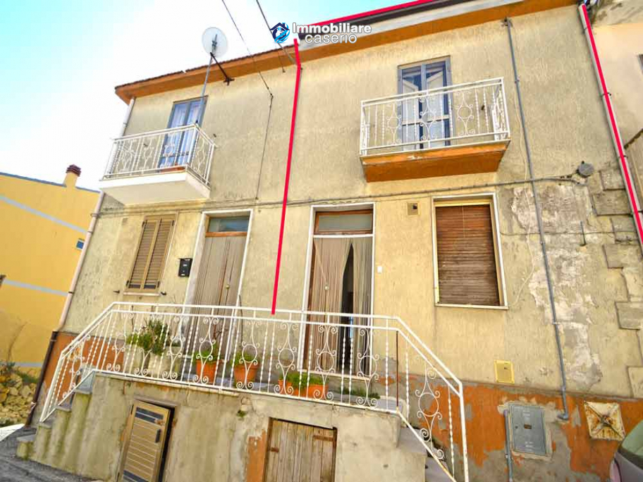 Two-storey house with cellars and small terrace for sale in Tavenna, Molise, Italy