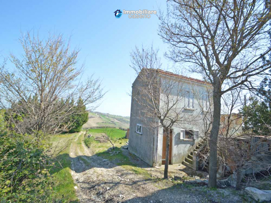 Independent country house with garages, terrace and land for sale in Molise Region