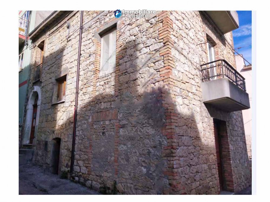 House in the village with adjacent garden for sale in the Molise Region