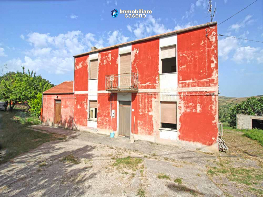 Property with garage and fenced garden for sale in the Abruzzo Region