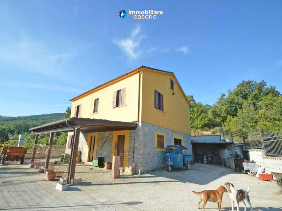 Detached country house with land and wooden veranda for sale in Carunchio