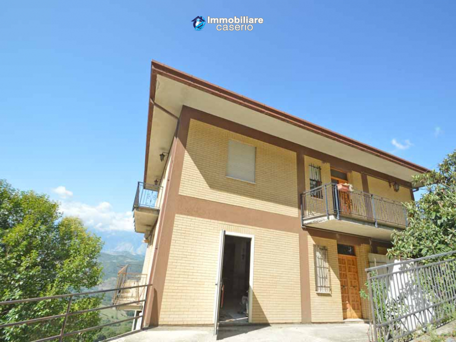 Spacious house with land for sale in Archi, the Abruzzo hills halfway between sea