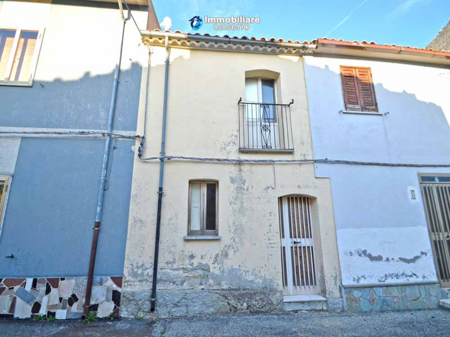 Town house with new roof for sale in the Abruzzo Region, Italy