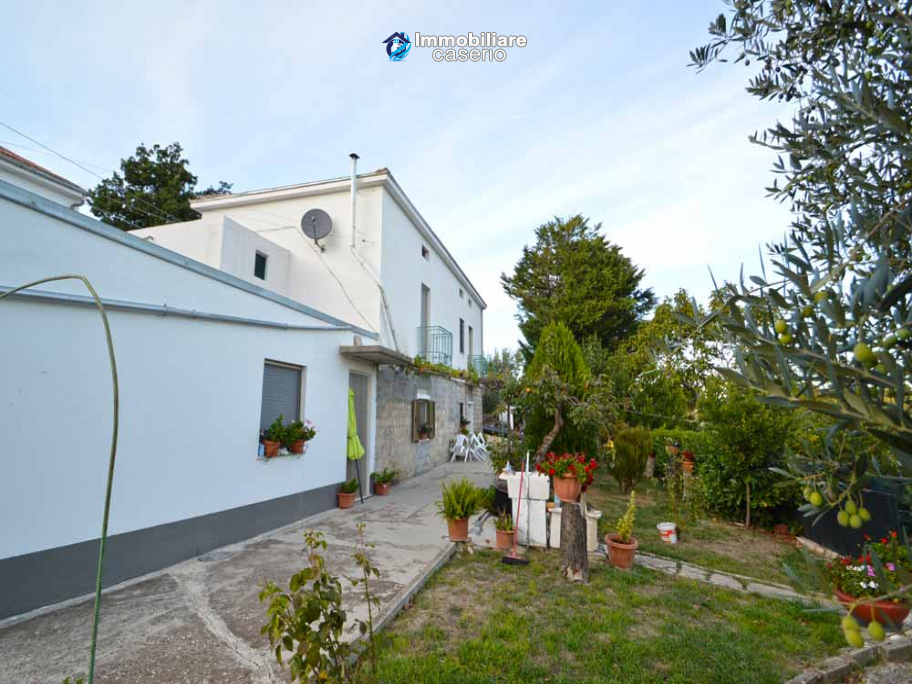 Detached country house with terrace, barn and land for sale in the Abruzzo region