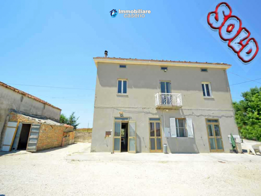 Country house on two levels plus attice for sale in the Abruzzo countryside